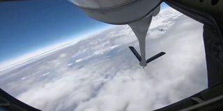 戦闘機の「空中給油」、タイムラプスで見るとなんだかとてもかわいい「ハチドリみたい」「技術すごいな…」 - Togetter