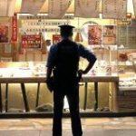 からあげを待っている警察官の後姿がなんだかとてもカッコイイ!と話題に「姿勢正しく隙がない」「映画のポスターのそれ」 – Togetter