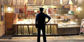 からあげを待っている警察官の後姿がなんだかとてもカッコイイ!と話題に「姿勢正しく隙がない」「映画のポスターのそれ」 - Togetter
