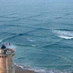 波がぶつかって美しい正方形の波ができる現象が神秘的だし興味深い!→実は「巻き込まれたらほぼ助からない」危険な波だそう – Togetter