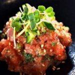 花椒とサーモンの強めの脂が相性抜群「サーモンの花椒なめろう」は、ご飯にものっけたくなるやつです【魚屋三代目】 – メシ通