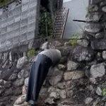 壁の穴におっちゃんが頭を突っ込んでいるようにしか見えない写真「これは二度見不可避」「服といい体型といい…すごい…」 – Togetter