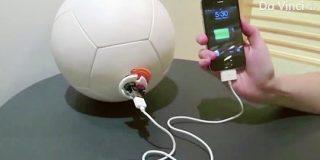 キック力を電気に変換するサッカーボールが、子どもたちの未来を明るくする | ナゾロジー
