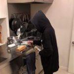 妻がサツマイモのパウンドケーキを焼いたのだが、仕上げが狂気の芋焼酎スプレー。酒の悪魔か何かかな?「フード被ってる闇感」「キッチンの最強さが気になる」 – Togetter