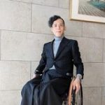 「車椅子に乗っていると裾がクシャクシャになっちゃう…」そんな悩みを解決したジャケットが見た目も素敵すぎる – Togetter