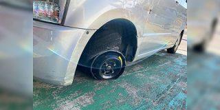 アスファルト、タイヤ『で』切りつけながら数キロ走り抜けた車。ちなみにコレ、車両保険でどうにかなるの? - Togetter