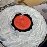 レコードを木工ボンド乾かして掃除する→剥がした方のボンドを再生してみたらこうなった「めっちゃ可能性を感じる」 – Togetter