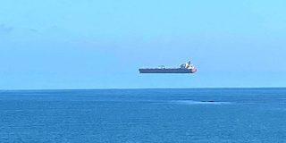 イギリス沖に「空飛ぶ船」が出現?モノが浮いて見える「上位蜃気楼」の仕組みとは - ナゾロジー