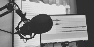 Podcastはなぜマネタイズが難しいのか-業界の変遷を紐解く- BRIDGE