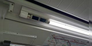 JR車両のドアそばにある蛍光灯一体型防犯カメラがなるほど便利な一品らしい - Togetter