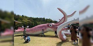 「イカしている!」「この時期にイカがなものか」石川県能登町が新型コロナウイルス対策の交付金で作った巨大スルメイカのモニュメントに人が集まっていた - Togetter