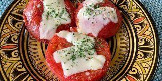 【簡単キャンプ飯】チーズトマトステーキは誰が作っても美味しいし食べ応え抜群!ワイルドな肉料理にも真っ向勝負できるぞ! | ロケットニュース24