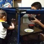 息子が何度止めてもパパのご飯に突進してくるのでベビーサークルに隔離しました→『そっちかーい!!』逆転の発想 – Togetter