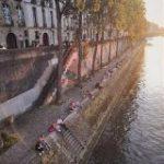 シェー! パリのセーヌ川が鴨川みたいになってるざんす!等間隔で座るカップルの既視感がすごい「人のすることは同じ」 – Togetter