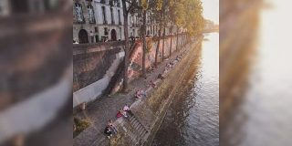 シェー! パリのセーヌ川が鴨川みたいになってるざんす!等間隔で座るカップルの既視感がすごい「人のすることは同じ」 - Togetter