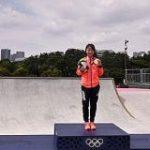 スケボー表彰式 偶然映った会社がSNS上で話題にびっくり | NHKニュース