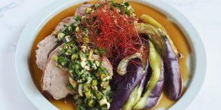 【レシピ】プーアル茶茹で豚と蒸し茄子 香味ダレ × シン・ツチダ|真野遥|発酵料理家|note