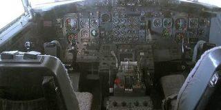 【画像あり】昔の飛行機とか潜水艦の操縦席複雑すぎるだろ…|暇人速報