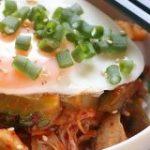 コ、コレはゴーヤの革命的レシピ?ゴーヤの豚キムチ丼 – 今日、なに食べよう?