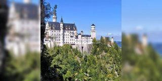 ドイツの美しい建築、ノイシュバンシュタイン城!…のなかで頑張ってるいらすとやさんの絵「はるばる西欧まで出張」 - Togetter