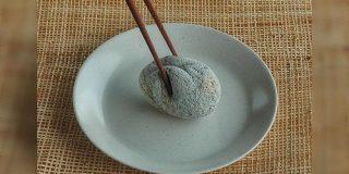 『柔らかそうで美味しそう』自然石を食べ物に見立てて制作された彫刻に脳がバグる皆さん - Togetter