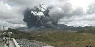 日本火山学会の初日に合わせて噴火してくる阿蘇山さん、あまりにも律儀「研究対象による挨拶」 - Togetter